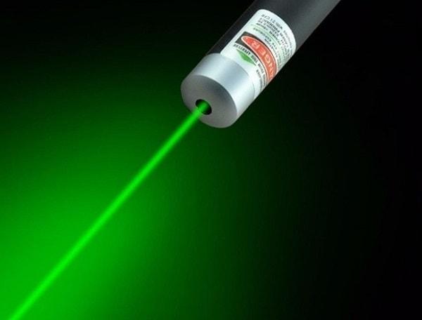 Ánh sáng mạnh mẽ của tia laser có thể gây ảnh hưởng đến mắt
