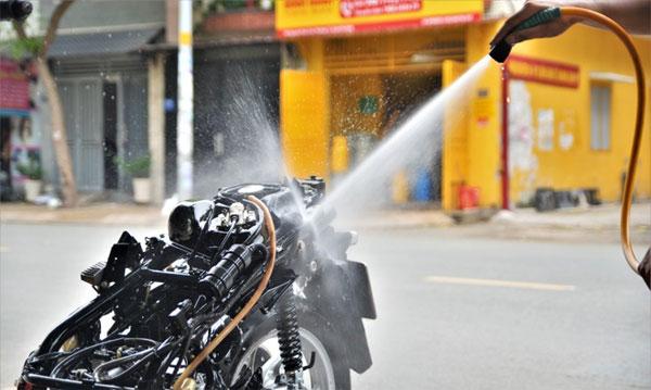 Sử dụng nước sạch để đảm bảo hiệu quả khi xịt rửa xe