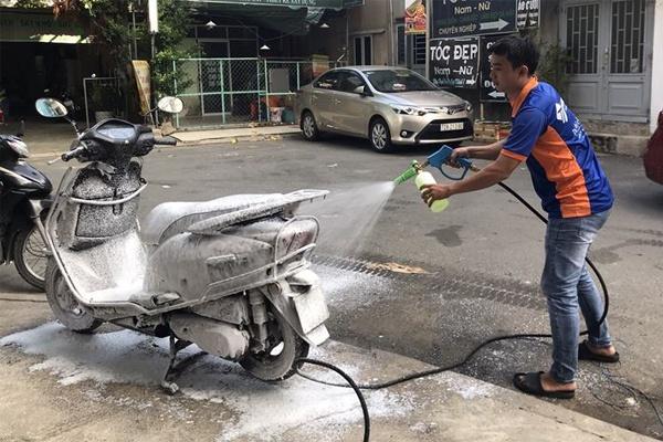 Vì sao không nên dùng nước rửa chén, dầu gội đầu để rửa xe máy ô tô?