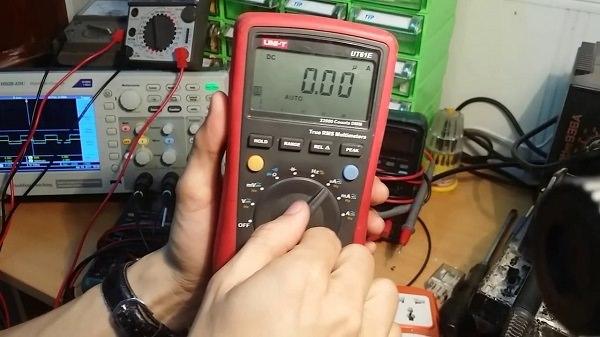 Kiểm tra tụ điện bằng cách chọn chế độ điện dung trên đồng hồ vạn năng kim